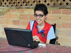 Lucas se informa sobre a doença na internet (Foto: Eliete Marques/G1)
