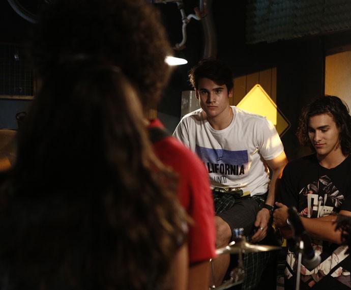 Rodrigo não gosta nada de ver Luciana e Pedro se beijando (Foto: Inacio Moraes/Gshow)