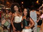 Erika Januza cai no samba em ensaio de rua da escola Império da Tijuca