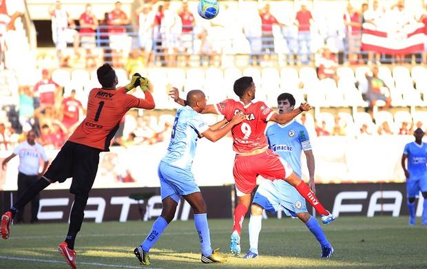 Bola na aréa do Macaé e o goleiro Milton Raphael afasta o perigo (Foto: Ailton Cruz/ Gazeta de Alagoas)