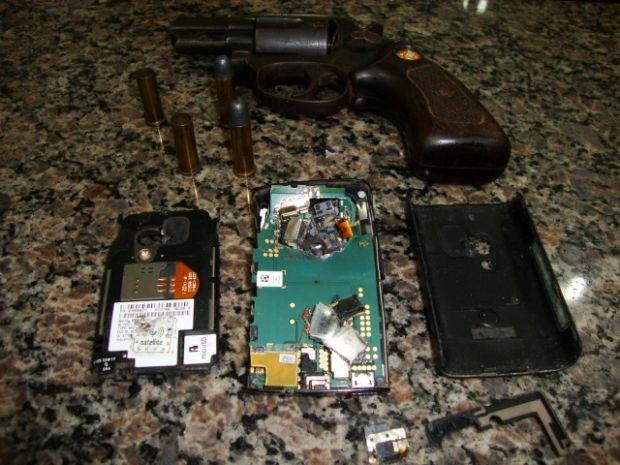 Tiro atingiu o celular que estava no bolso do policial  (Foto: Divulgação/ Polícia Civil)