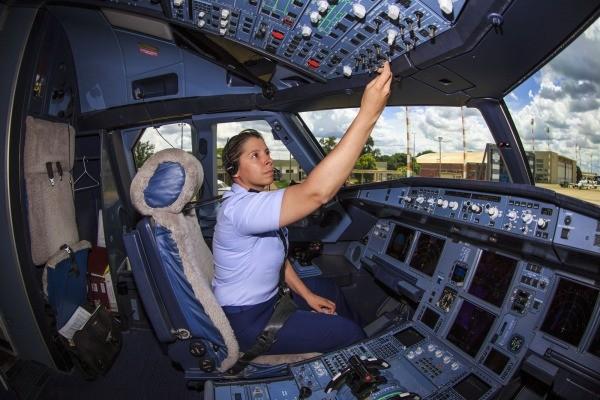 Resultado de imagem para Primeira piloto da FAB a fazer voo solo em caça passa a conduzir avião presidencial.