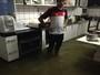 Água da chuva alaga ruas e invade casas em Natal