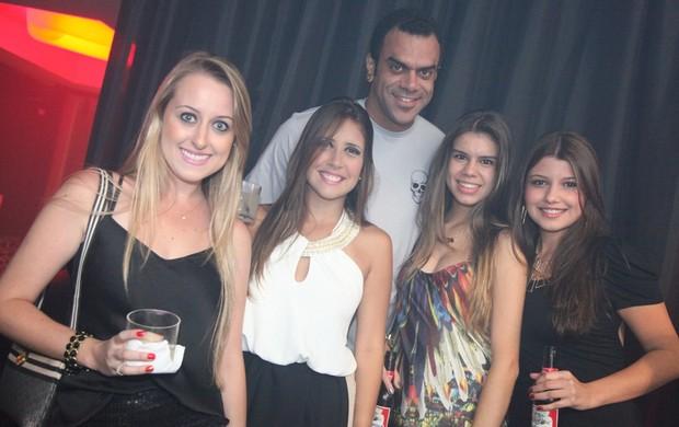 Ex-BBB Alan cercado de mulheres em boate mineira (Foto: Bruno Santos / FDumont News / Divulgação)
