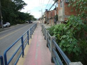 Avenida João XXIII, em Santa Cruz, é cortada por córregos. (Foto: Mariucha Machado/G1)