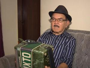 Zé Calixto tocando o fole de oito baixos (Foto: Rafael Melo/G1)