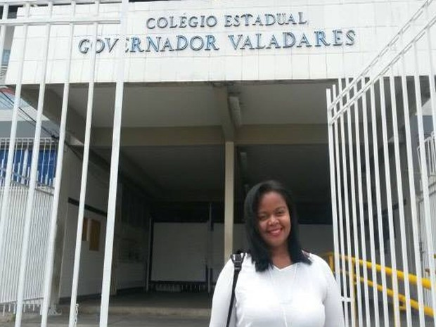 ENEM 2016 - DOMINGO (6) - ARACAJU (SE) - estudante foi a primeira a chegar no Colégio Governador Valadares (Foto: Anderson Barbosa/G1)