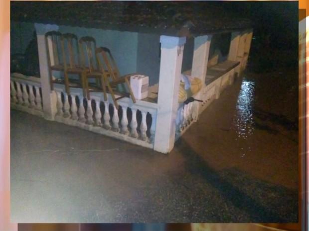 Diversos imóveis ficaram ilhados em São Roque (Foto: Reprodução/TV TEM)
