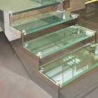 Escada de vidro deixa ambiente leve (Shutterstock)