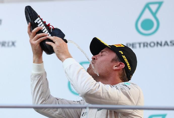 Nico Rosberg faz o shoey no pódio do GP da Malásia (Foto: Getty Images)