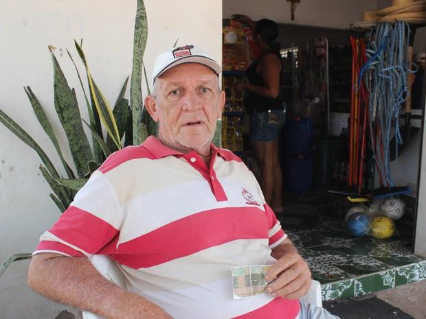 Aposentado declarou sentir mais seguro ao usar o cocal ao invés do real (Foto: Catarina Costa/G1 PI)