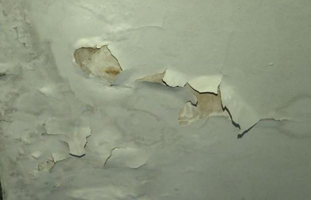 Paredes da delegacia estavam com mofo e pintura, descascando em Anápolis, Goiás (Foto: Reprodução/TV Anhanguera)