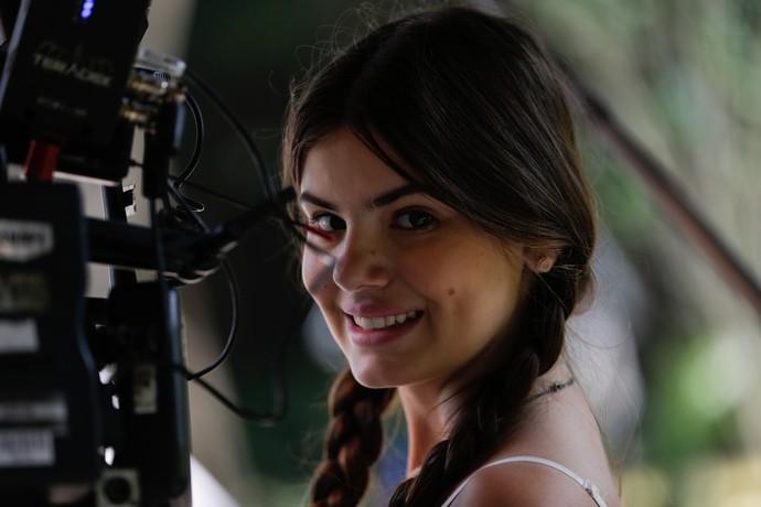 Camila Queiroz nos bastidores de uma gravação de 'Êta Mundo Bom!' (Foto: Pedro carrilho / Gshow)