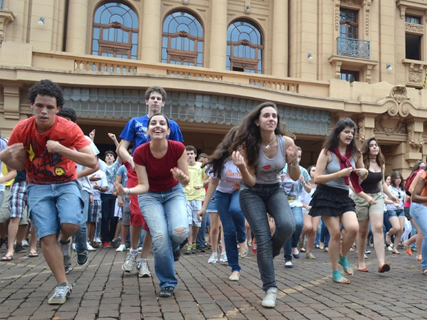 Estudantes participam da gravação de um clipe em plena Esplanada do Theatro Pedro II (Foto: Marina Sola/G1)