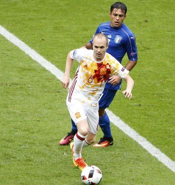 Iniesta Espanha Itália (Foto: Charles Platiau / Reuters)