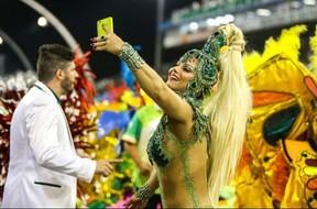 Viviane Araújo tira foto durante desfile da Mancha Verde (Foto: Divulgação)
