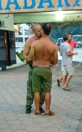 Leonardo Vieira aos beijos em festa no Rio (Foto: EGO)