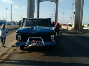 Moto bateu na frente da caminhonete (Foto: Divulgação/Polícia Rodoviária Federal)