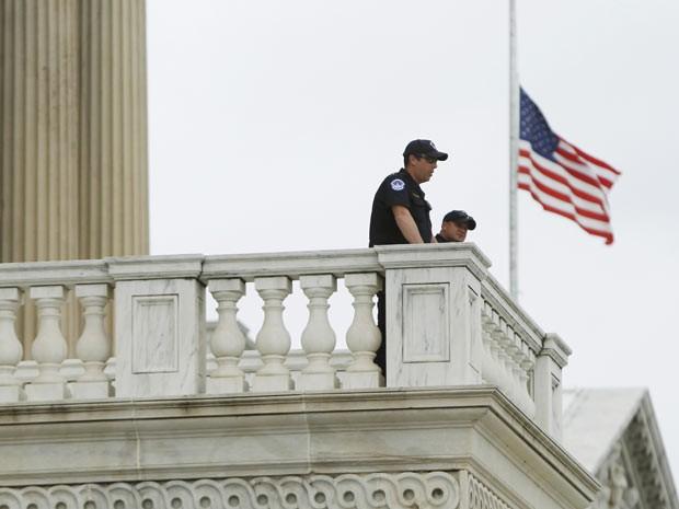 Polícia do Capitólio patrulha o prédio nesta terça-feira (16) na capital americana, Washington (Foto: Reuters)