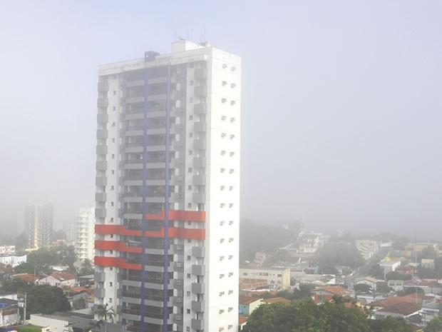 A capital amanheceu sob uma névoa seca, porém a previsão é de calor (Foto: Denise Soares / G1)