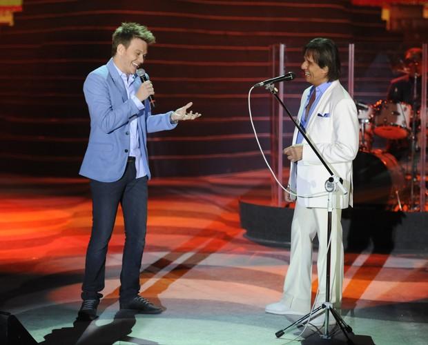Michel Teló canta com o Roberto Carlos (Foto: Divulgação TV Globo)