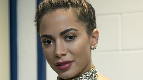 Anitta brinca com preço da beleza: 'Milhões, fiz várias plásticas'