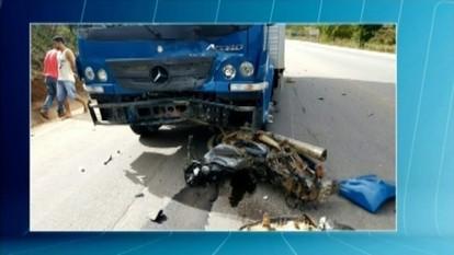 Lavrador morre em acidente entre moto e caminhão na BR-116, em Padre Paraíso
