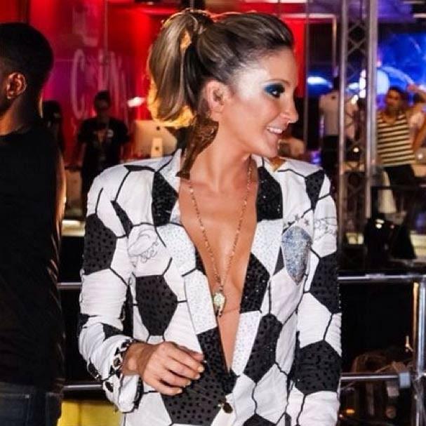 O decotão no blazer estampado de Cláudia Leitte em Salvador (Foto: Reprodução/Instagram)