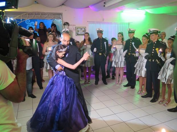 Nayara dançou valsa com o pai na festa de 15 anos (Foto: Orion Pires/G1)
