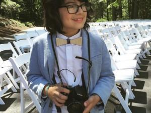 O pequeno Otto também já fotografa os casamentos com os pais. Além de ajudar, muitas vezes, também é atração da festa (Foto: Arquivo Pessoal/ Grasi Favoreto)