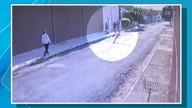 Moradora reage a vassouradas a ação de bandidos no bairro Morada do Ouro, em Cuiabá