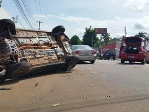 Carro estava estacionado e foi empurrado contra poste de energia elétrica (Foto: Toni Francis/G1)