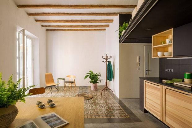 Mural traz floresta para dentro de casa em apartamento de Barcelona (Foto: Divulgação)