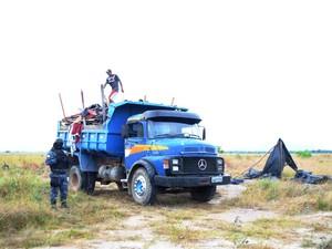 Os fiscais utilizaram carros e equipamentos da Prefeitura para a retirada dos invasores (Foto: Neidiana Oliveira/G1)