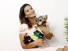 Geisy Arruda posa com seu cão Mike vestido com fantasias para o Carnaval
