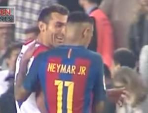 Barral, do Granada, deixa campo conversando com Neymar antes da briga do brasileiro com Vezo (Foto: Reprodução)