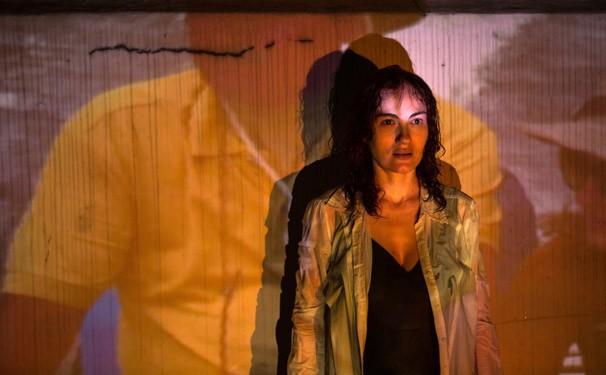 Janaína Leite mistura autobiografia, ficção e construção de cena no espetáculo (Foto: Fernanda Preto)