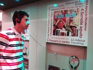 Visitante pode escutar faixas de seis álbuns de Gonzagão (Foto: Luna Markman/G1)
