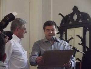 Presidente do ASA, Jotinha Alexandre entrega placa ao governador de Alagoas (Foto: Caio Lorena / Globoesporte.com)