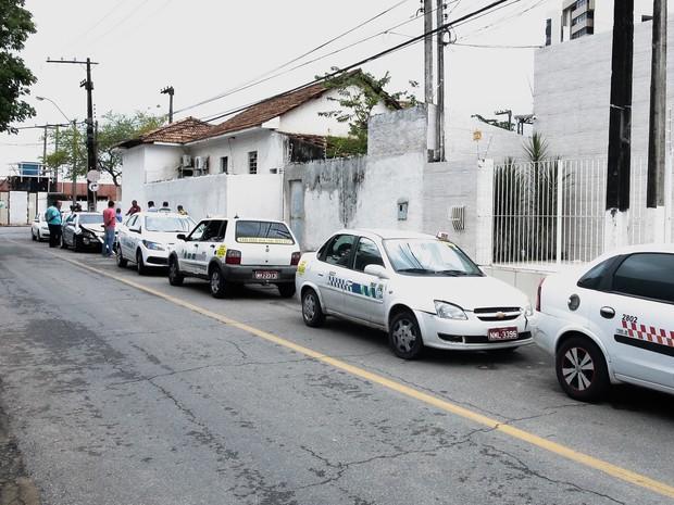 Taxistas cercaram condutor do veículo em uma rua do Farol (Foto: Jonathan Lins/G1)