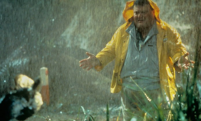 O hacker e antagonista do filme, Dennis Nedry, em seu trágico encontro com um Dilofossauro (Foto: Divulgação/ Universal Studios)