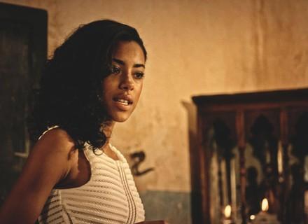 Sophie dá dura e insiste para Miguel sair da casa de Santo