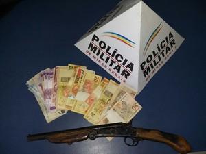 Arma usada no crime foi apreendida. (Foto: Divulgação Polícia Militar)