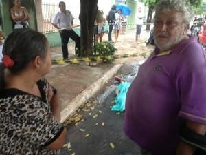 Mãe e pai da vítima foram ao local do crime.  (Foto: Nadyenka Castro/ G1 MS)