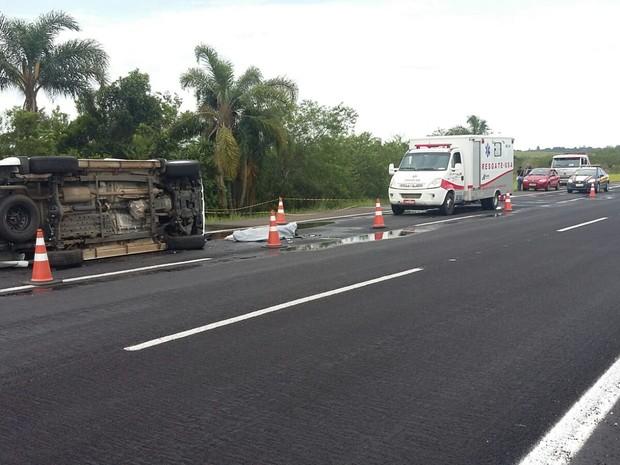 Condutor e irmão estavam sem cinto de segurança, o que deixou um morto e outro gravemente ferido (Foto: PRF / Divulgação)