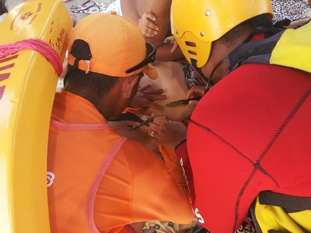 Equipe de resgate tentou remover o animal ainda na praia (Foto: Klau Pájaro / VC no G1)