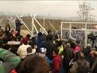 Multidão desesperada derruba barreira para entrar na Europa rica