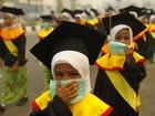 Poluição faz crianças usarem máscaras em celebração na Indonésia