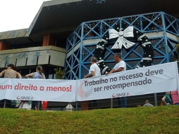 Trabalhadores se manifestam contra corte do abono do recesso (Foto: Aline Steinfus/Divulgação)