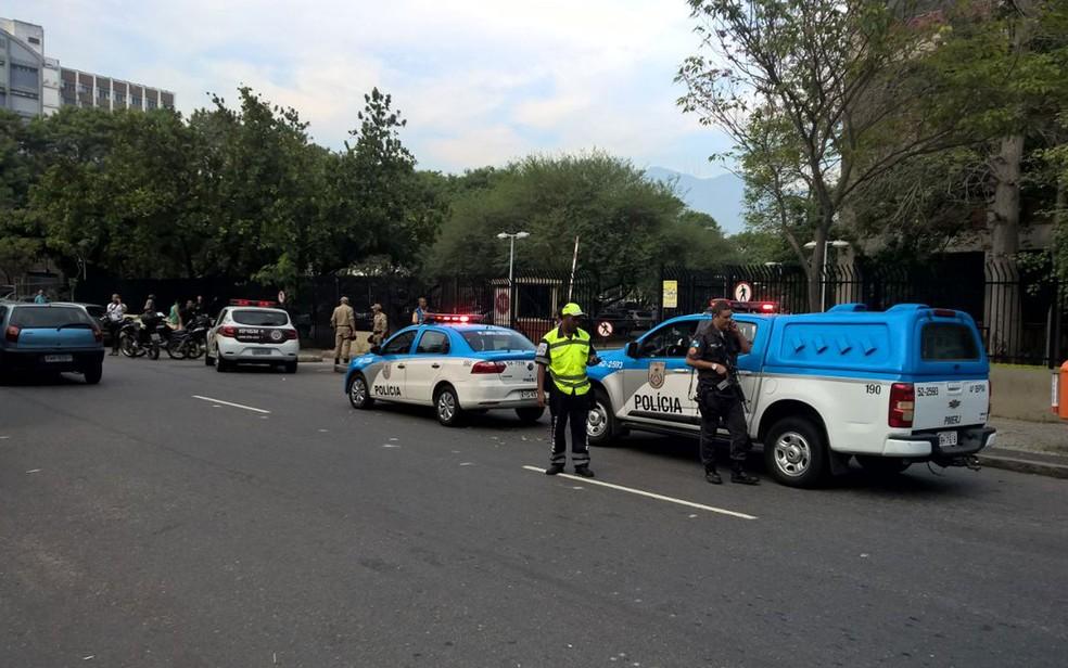 Polícia está no local (Foto: Carlos Brito / G1)